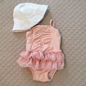 Old Navy 3-6 months adorable one-piece!! Like new!